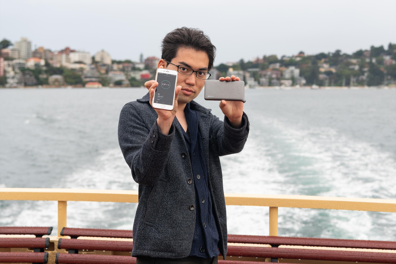 シドニーの連絡船でのどんなときもWiFi端末と筆者