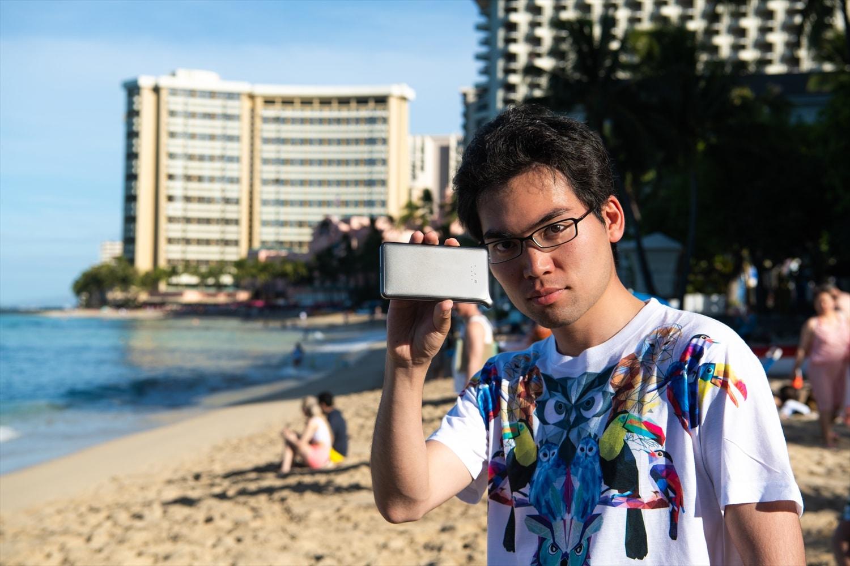 ワイキキビーチでのどんなときもWiFi端末と筆者